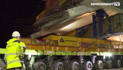 1500 Tonnen wiegt das fertige Bauwerk, als es die Schwerlastexperten der Firma Schmidbauer zum Transport übernehmen. Statt Superkran kommen 56 hydrostatisch angetriebene Achslinien von Scheuerle zum Einsatz.