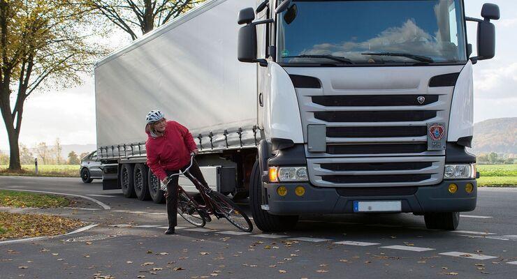 Beim Rechtsabbiegen kommt es zwischen Lkw und Radlern immer wieder zu schweren Unfällen.