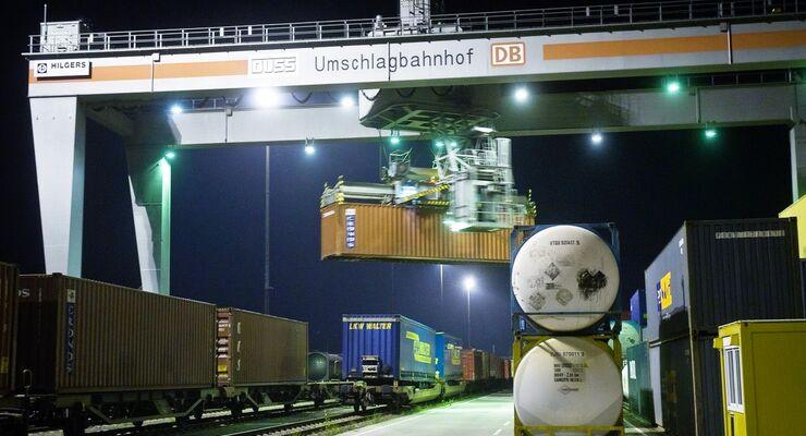 Beladung des BMW-Containerzuges im DUSS - Terminal Leipzig-Wahren