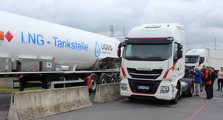 Circa fünf Minuten dauert es, bis die zwei 540 Liter fassenden LNG-Tanks des Iveco Stralis wieder befüllt sind – im Alltagseinsatz fährt die Sattelzugmaschine damit rund 1.200 Kilometer ohne Tankstopp.