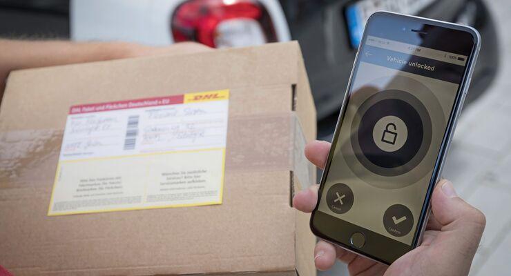 DHL-Kofferaumzustellung in einen Smart.