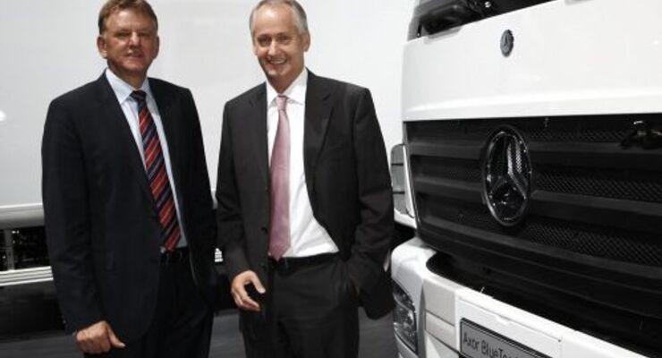 Daimler-Vorstand Andreas Renschler und Lkw-Chef Hubertus Troska präsentieren den Hybrid-Axor