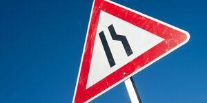 Deutsches Verkehrszeichen fahrbahnverengung