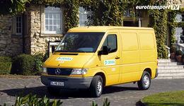 Ein gelber Mercedes Sprinter vor einem Schloss