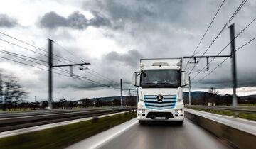 Geplanter Vergleich mit Oberleitungs-Lkw: batterieelektrischer Mercedes-Benz eActros fährt seit Januar auf zukünftiger Oberleitungsstrecke