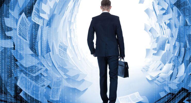 Geschäftsmann läuft durch virtuellen Tunnel von Dokumenten