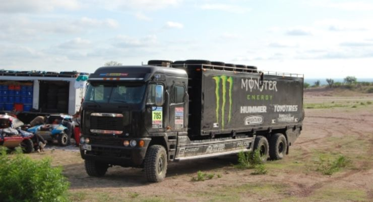 Länge läuft: Der Freightliner-Servicetruck des Amerikaners Robby Gordon punktet mit dem längsten Radstand im Feld.