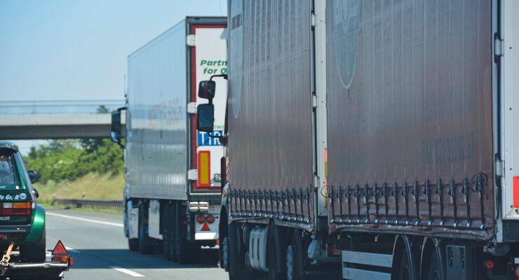 Lkw auf der Autobahn mit einem zu geringen Abstand.