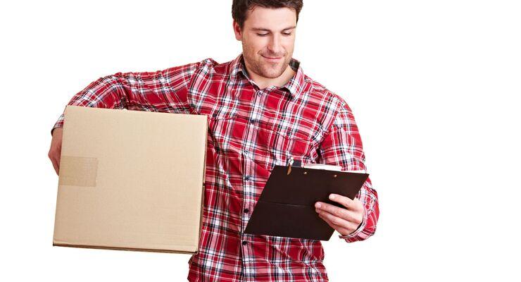 Paketbote bringt Lieferung