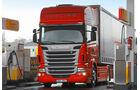 Scania R 480 CCAP gegen R 480 CC, Tankstelle