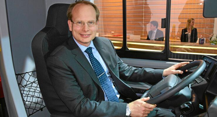 Volvo Bus-Chef Håkan Agnevall auf der IAA Nutzfahrzeuge im Plug-in-Hybrid.
