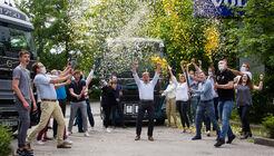 Volvo-Mitarbeiter freuen sich im Konfetti-Regen