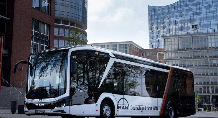 Während Fußball-EM sind in Hamburg, Köln und München MAN-Stadtbusse im Deutschland-Design unterwegs.
