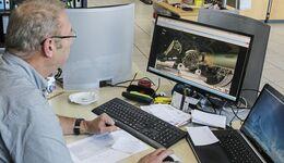 Werkstattmitarbeiter arbeitet mit Werbas.blue