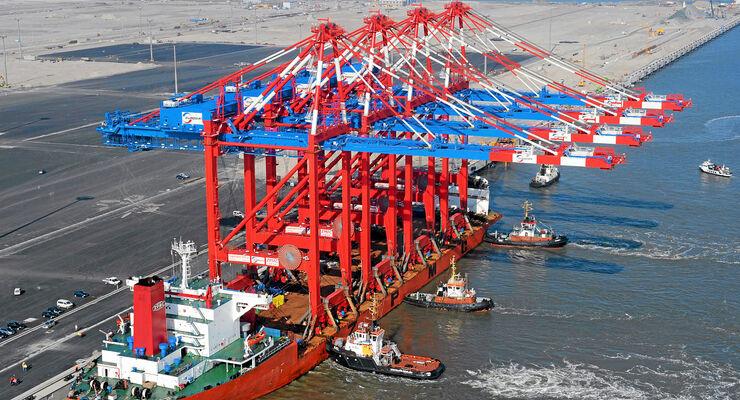 Wilhelmshaven Jade Weser, Port Anlieferung der ersten Containerbrücken